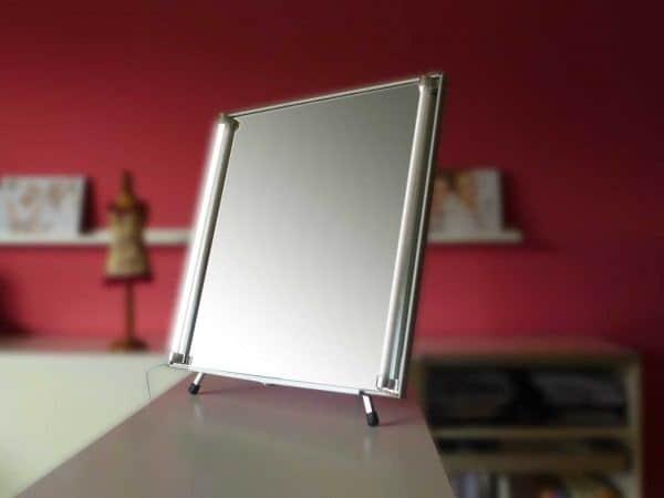 Spiegel auf Tischstativ
